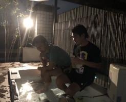 ルフロの屋上の温泉の箕輪さんと三田社長